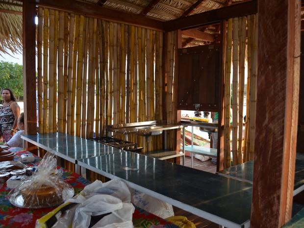 Na parte interna, barraca tem pias e balcão para garantir higiene (Foto: Karla Lima/G1)