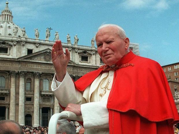 Em 23 de abril de 1997, o Papa João Paulo II acena aos fiéis na Praça de São Pedro, no Vaticano (Foto: Andrew Medichini/AP)
