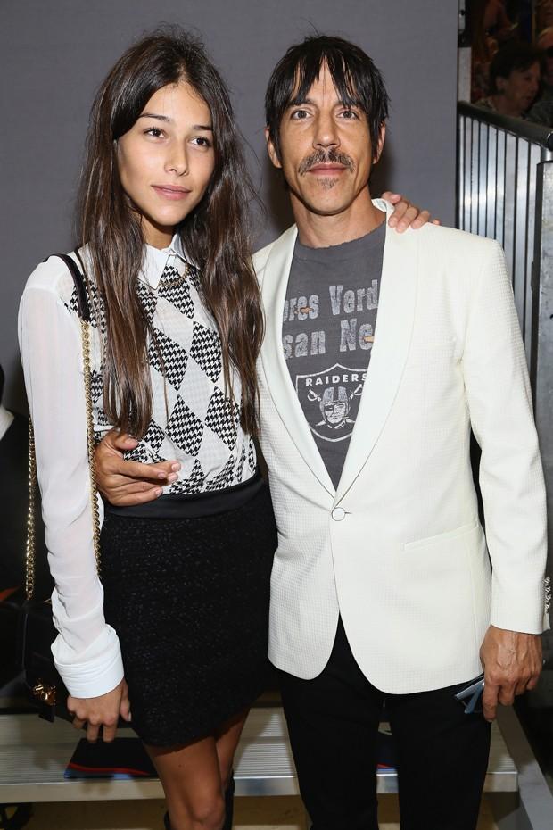 Namorada De Anthony Kiedis Posa De Topless Em Campanha