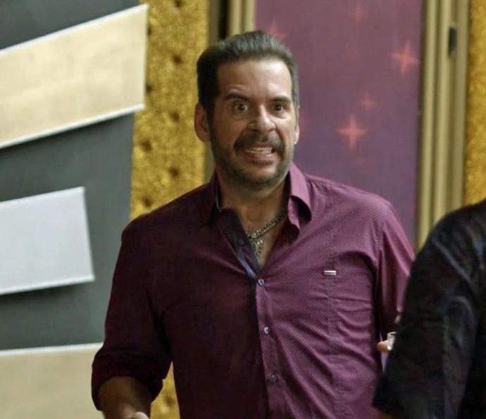 Genésio é surpreendido por bandidos (Foto: TV Globo)