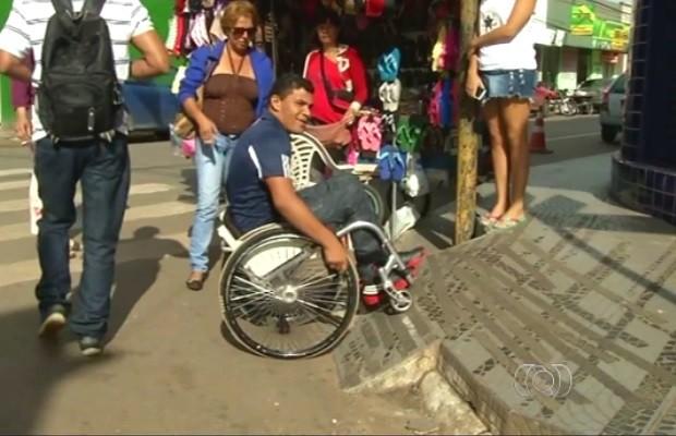 Deficientes reclamam de falta de acessibilidade em cidades de Goiás (Foto: Reprodução/TV Anhanguera)