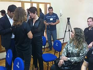 Delegada acompanha coletiva do MP (Foto: Estêvão Pires/G1)