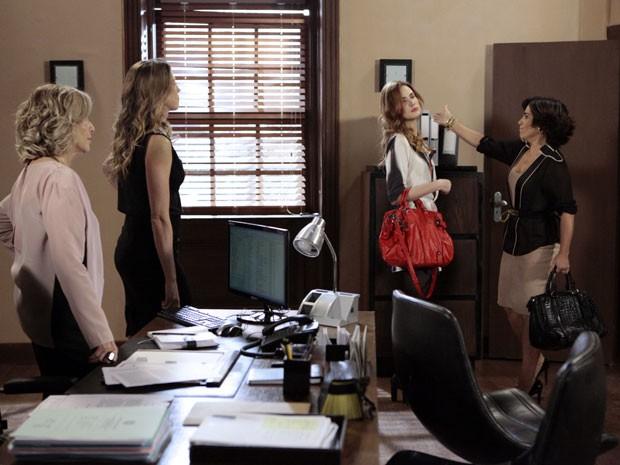 Na cara! Veruska leva um tabefe mais que merecido de Roberta (Foto: Guerra dos Sexos/TV Globo)
