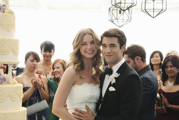 Emily VanCamp e Joshua Bowman se casam na ficção em 'Revenge' (Foto: Reprodução/Instagram)