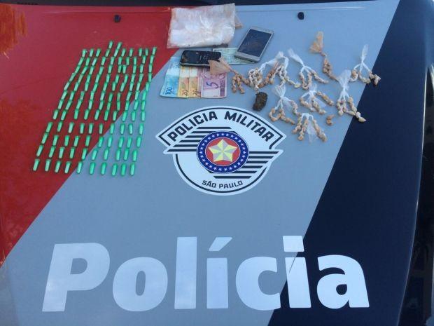 Diversos tipos de entorpecentes foram apreendidos com os adolescentes. (Foto: Polícia Militar/Divulgação)