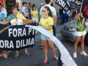 Protesto contra o governo federal reúne manifestantes em Cachoeiro de Itapemirim (Foto: Emily Maitan/ TV Gazeta)