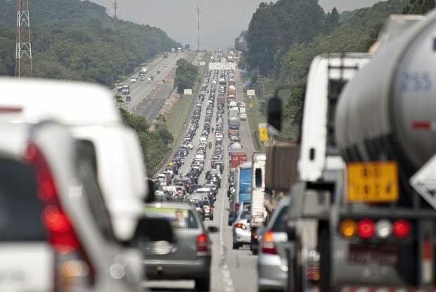 Trânsito é comum nos centros urbanos do país (Foto: Marcelo Camargo/ABr)