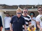 Elton John passeia de barco com os filhos e meninos dão show de estilo