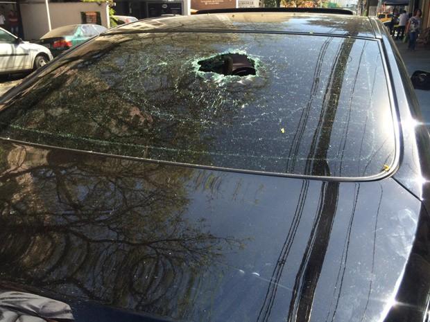 Motorista do Uber diz que carro teve o vidro quebrado por pedradas (Foto: Arquivo pessoal)