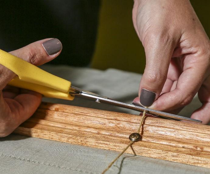 Após colocar os pregos e amarrar a corda de sisal, corte o que sobrou para que o acabamento fique perfeito! (Foto: Fábio Rocha/Gshow)