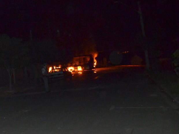 Moradores incendiaram ônibus em conflito em Piracicaba (Foto: Fernanda Zanetti/G1)