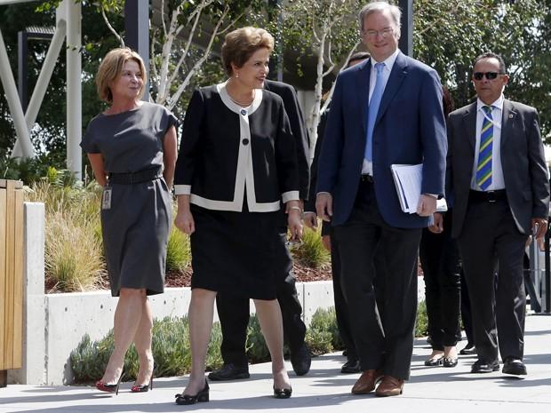 A presidente Dilma Rousseff e o presidente-executivo do Google, Erick Schmidt, durante visita a complexo da empresa em São Francisco (EUA) (Foto: Beck Diefenbach/Reuters)