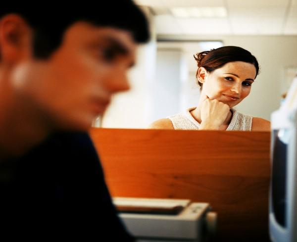 Confiança e calma são dicas que a mulher pode seguir para abordar um paquera  (Foto: Thinkstock)