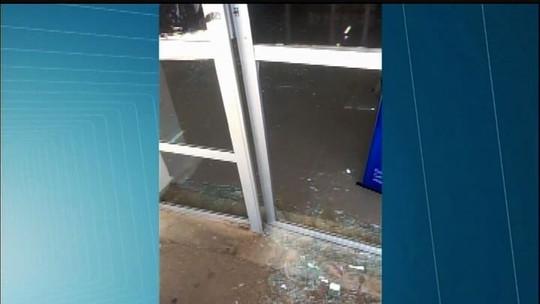 Grupo atira contra delegacia e tenta assaltar banco no Cedro, no Ceará