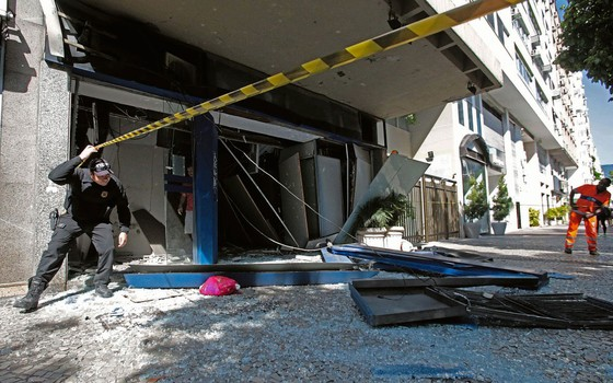 Cena de um ataque  com explosivo em Ipanema.O modo de agir dos bandidos já se tornou familiar (Foto:  DANIEL CASTELO BRANCO/AGÊNCIA O DIA/AGÊNCIA O DIA/ESTADÃO CONTEÚDO)