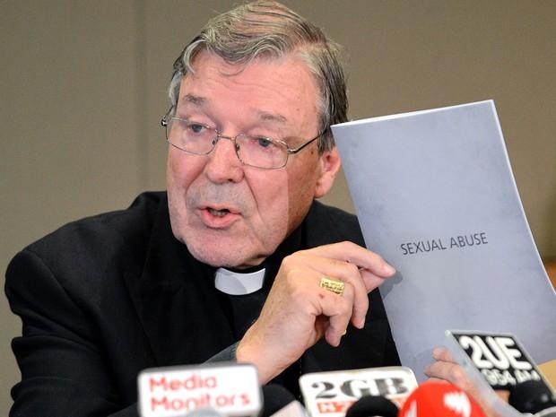 Foto de 13 de novembro de 2012 mostra o cardeal George Pell exibindo sua resposta à arquidiocese sobre uma acusação de abuso sexual em Sidney, na Austrália  (Foto: AFP Photo/Files/Roslan Rahman)