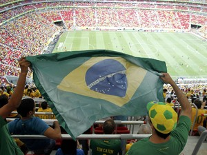 Torcedores brasileiros comparecem no jogo de estreia da Copa da Confederações (Foto: Paulo Whitaker/ Reuters)