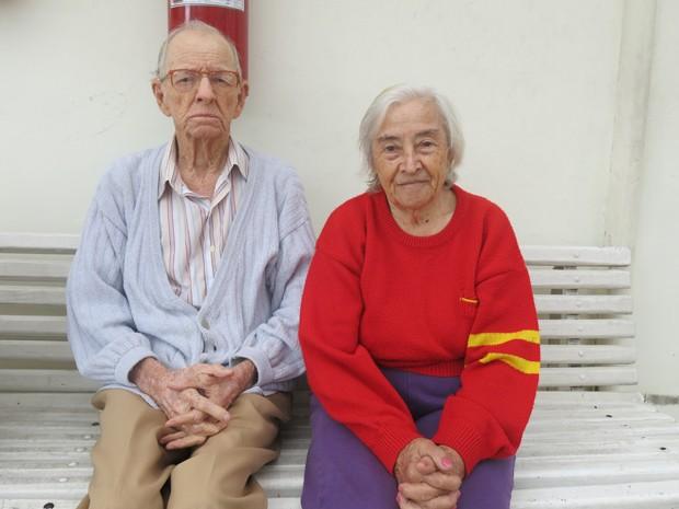 Casal vive no asilo e gosta de companhia para contar histórias (Foto: Anna Gabriela Ribeiro / G1)