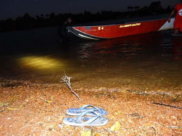 Chinelos de vítima de afogamento no Lago Paranoá, em Brasília, com barco dos bombeiros usado nas buscas pelo corpo (Foto: Corpo de Bombeiros-DF/Divulgação)