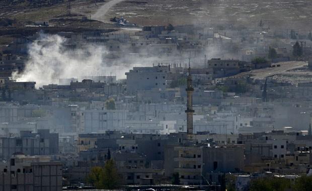 Fumaça é vista na cidade síria de Kobani após bombardeio nesta segunda-feira (20) (Foto: Kai Pfaffenbach/Reuters)