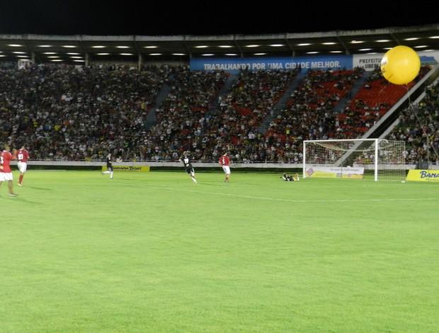 Futebol Contra a Fome -gol do Michel Teló (Foto: Hismênia Keller/GLOBOESPORTE.COM)