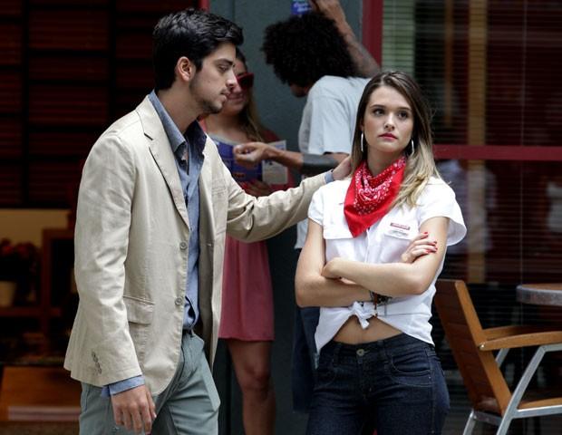 Bruno tenta conversar com Fatinha, mas a gata ainda tá bolada (Foto: Malhação / TV Globo)