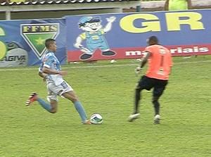 Falta do goleiro Martins sobre jogador do Ivinhema (Foto: Reprodução/TV Morena)