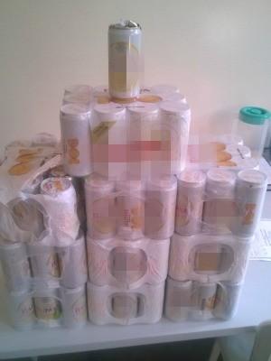 Dez caixas de cerveja foram encontradas no banheio da Cadeia Pública Raimundo Vidal Pessoa (Foto: Lívia Anselmo/ Seap)