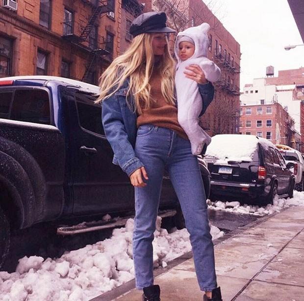 Candice Swanepoel e filho (Foto: Reprodução)