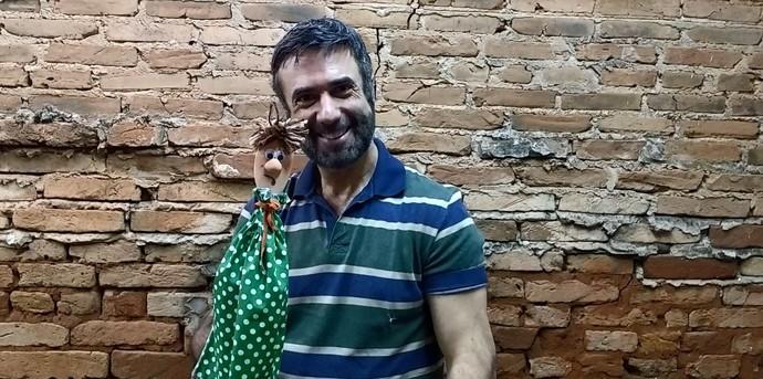 Márcio Pontes é fundador do museu Espaço do Boneco, em Araraquara (SP), e mostra o passo a passo para você fazer seu boneco de animação (Foto: reprodução EPTV)