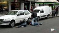 Equipe de reportagem flagra a abordagem de dois homens no calçadão da XV
