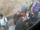 Passageiros quebram vidros e andam por trilhos do metrô após falha no DF