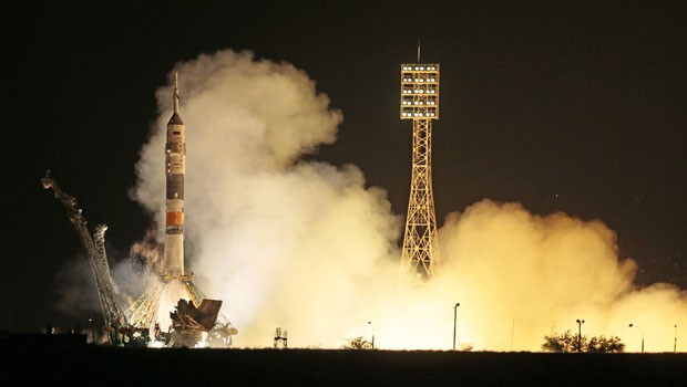 O foguete espacial Soyuz decolou na noite desta terça-feira, do Cazaquistão (Foto: Mikhail Metzel/AP)