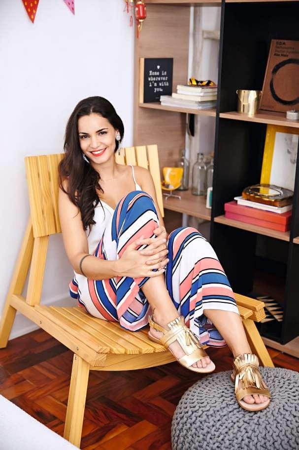 Renata sendo gata no closet-quarto-de-visitas  Top Cris Barros, calça e brincos, ambos Etoiles, sandálias Masqué (Foto: Victor Affaro)