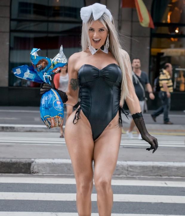 EGO - Oi? Vestida de coelhinha, modelo transexual para
