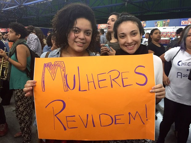 Usuárias do Metrô mostram cartaz de protesto contra o abuso sexual (Foto: Anne Barbosa/G1)