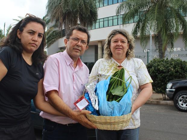 Profissionais entregaram aguapés em protesto a preservação dos rios Poti e Parnaíba (Foto: Catarina Costa/G1 PI)