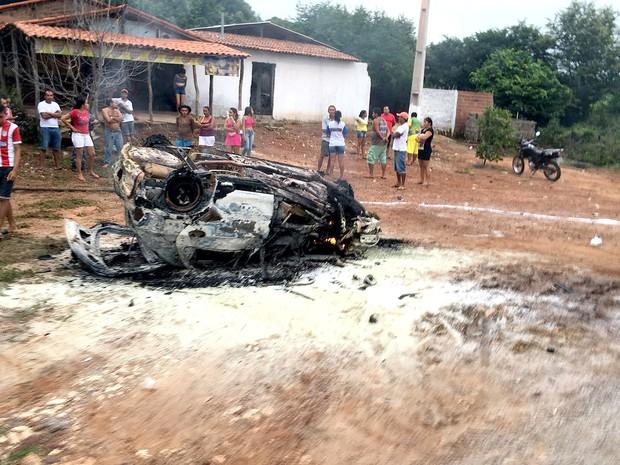 Automóvel de passeio se incendiou após choque contra caminhão-tanque (Foto: Divulgação / PRF-MA)