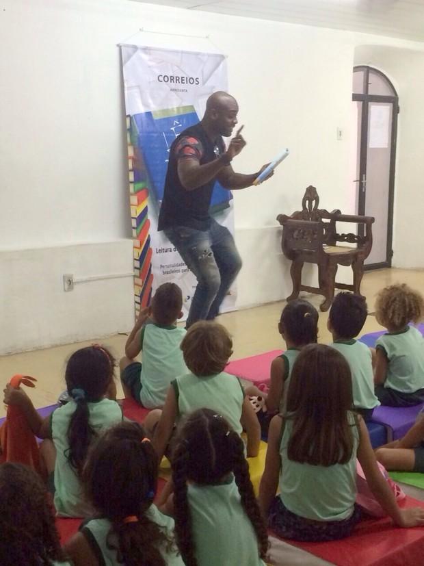 Rafael Zulu participa do projeto Lê Para Mim em Tocantins (Foto: Divulgação)