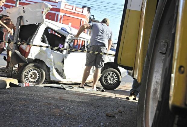 Acidente entre ônibus e carro em Cuiabá (Foto: Leandro J.Nascimento/G1)