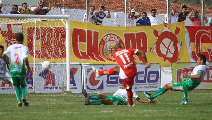 Denílson enche o pé e abre o placar contra o CEO (Foto: Ailton Cruz/ Gazeta de Alagoas)