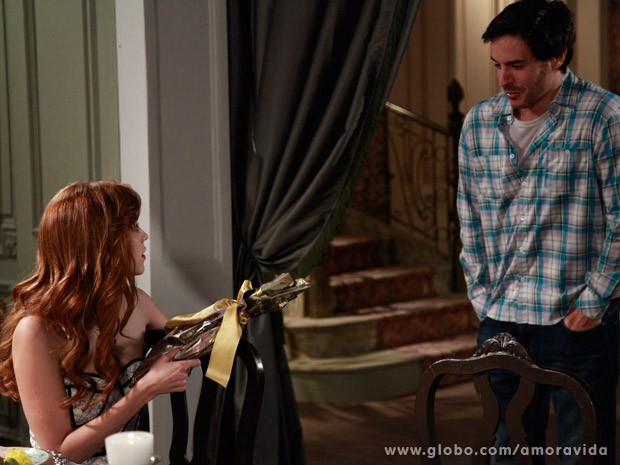 Thales dá livro para Natasha (Foto: Ellen Soares/ TV Globo)