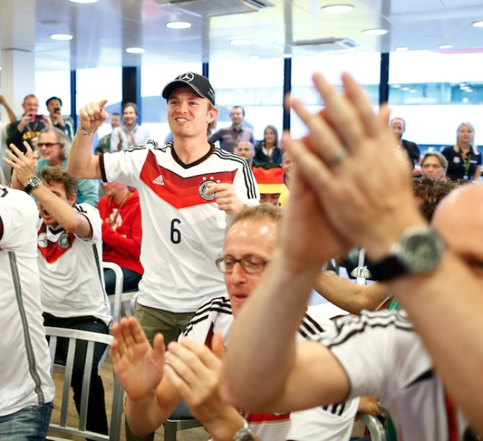 Nico Rosberg vibra com jogo da seleção alemã (Foto: Reprodução/Twitter)
