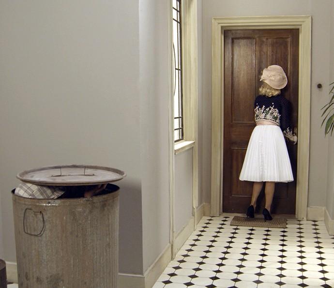 Pirulito se esconde no lixo para escapar de Sandra (Foto: TV Globo)