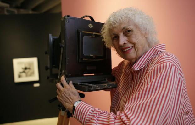 Bunny Yeager em foto de 2013 em sua galeria em Miami, EUA (Foto: reprodução)