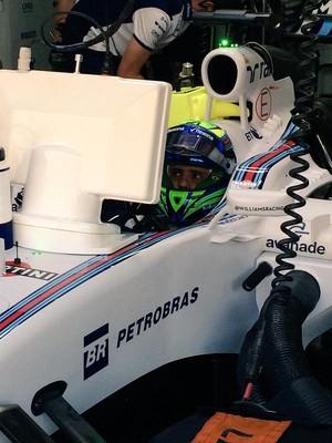 Felipe Massa esperando para entrar na pista no 1º treino livre para o GP da Malásia (Foto: Divulgação)