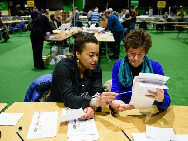 Votos são contados em centro de apuração em Dublin, na Irlanda, no domingo (28) (Foto: AFP Photo/Leon Neal)
