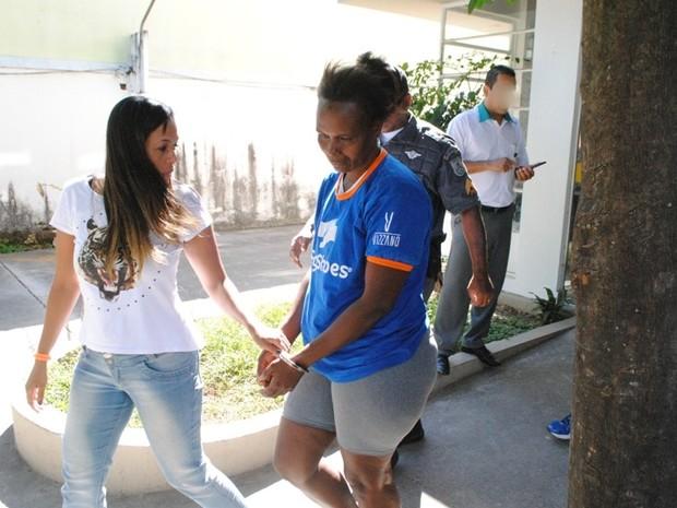 Mulher foi presa ainda no hospital, após ter esfaqueado enfermeira em Campos, RJ (Foto: Filipe Lemos / Campos 24 Horas)