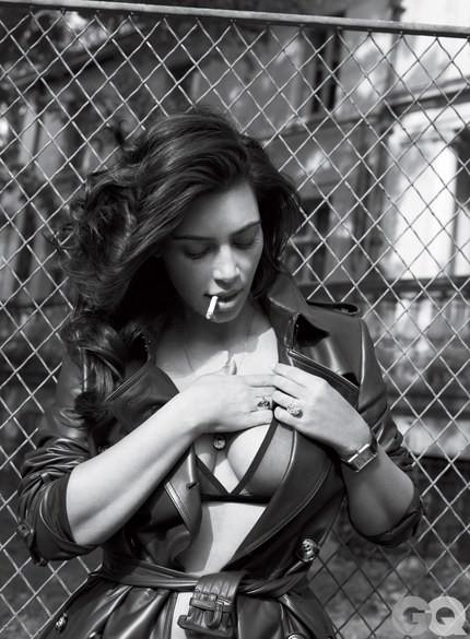Kim até fuma no editorial (Foto: Reprodução/GQ)