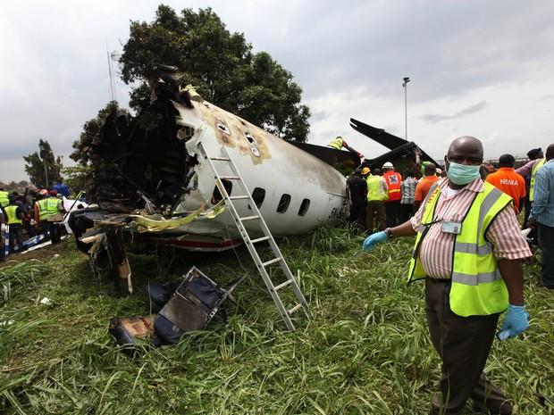 Equipes de resgate trabalham no local onde avião caiu e matou 9 na Nigéria (Foto: AP)